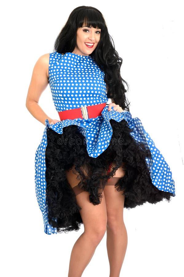 Polca nova insolente 'sexy' atrativa Dot Dress de Posing In Retro do modelo do Pin-Acima do vintage e meias imagem de stock royalty free