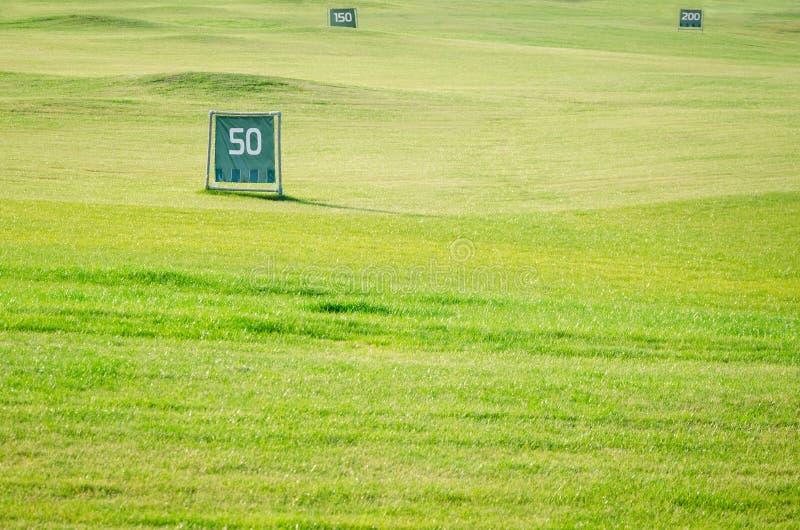 Pole golfowe z dystansowymi etykietkami obrazy stock