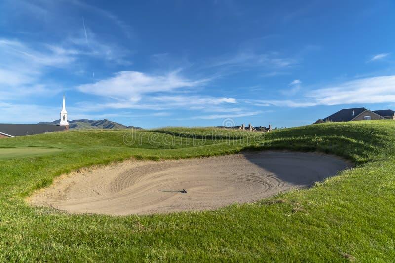 Pole golfowe z piaska bunkierem i wibrujący farwater pod niebieskim niebem na słonecznym dniu obrazy royalty free
