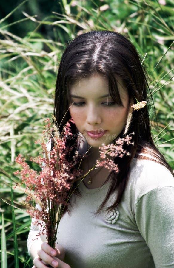 pole kwiatów gospodarstwa kobiety obraz royalty free