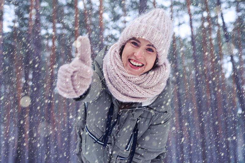 Polegar de sorriso e mostrando fêmea alegre acima na câmera fotos de stock royalty free