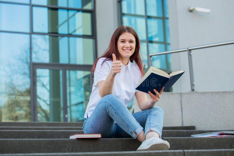 Polegar do estudante acima do gesto imagem de stock royalty free