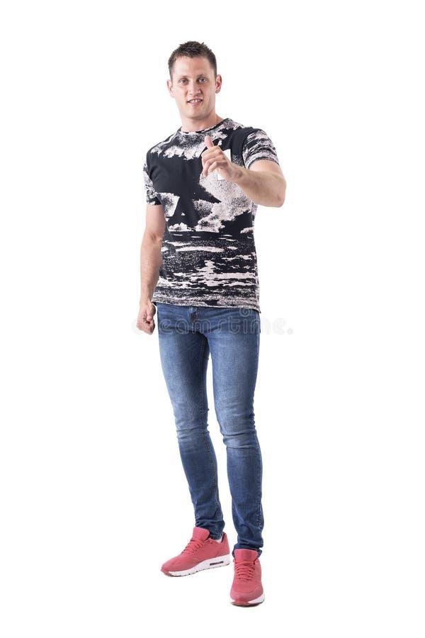 Polegar ocasional adulto novo feliz da exibição do homem acima do gesto de mão à câmera imagens de stock royalty free