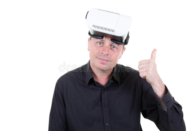 Polegares acima do homem após o jogo em óculos de proteção da realidade virtual foto de stock