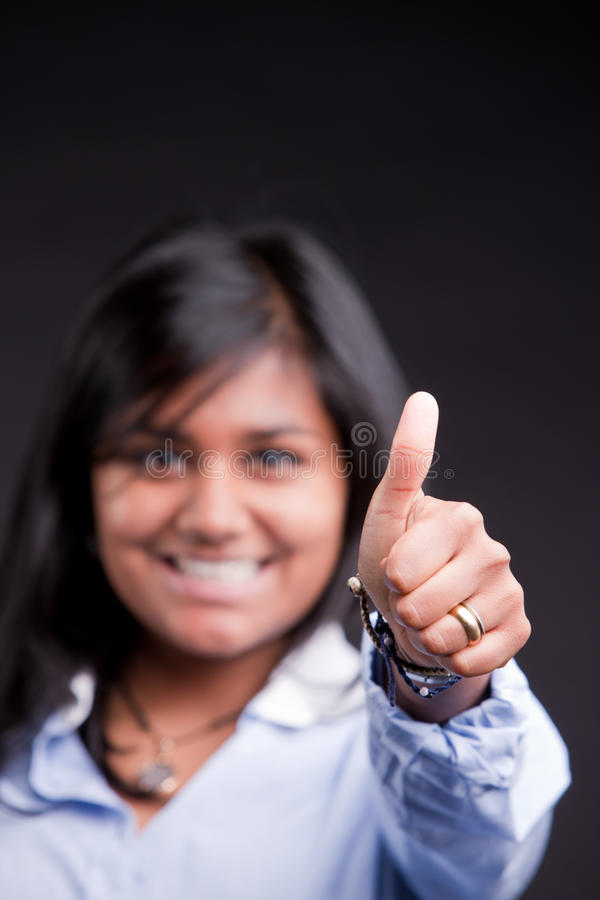 Polegares acima por uma menina indiana bem sucedida imagem de stock royalty free