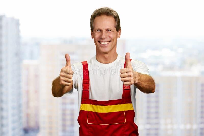 Polegares alegres da exibição dois do trabalhador da construção acima fotos de stock royalty free