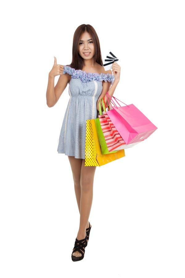 Polegares asiáticos bonitos da mulher acima com muitos cartões de crédito imagens de stock