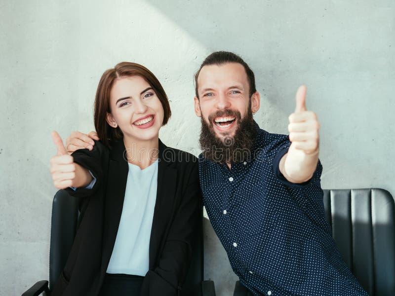 Polegares de sorriso felizes do homem da mulher de negócio acima do sucesso fotos de stock royalty free