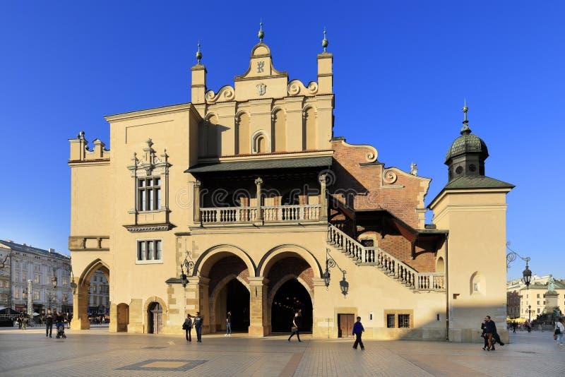 Polen, alte Stadt Krakaus, Stoff Hall und mittelalterliche Wohnungen durch Hauptmarktplatz lizenzfreie stockfotografie