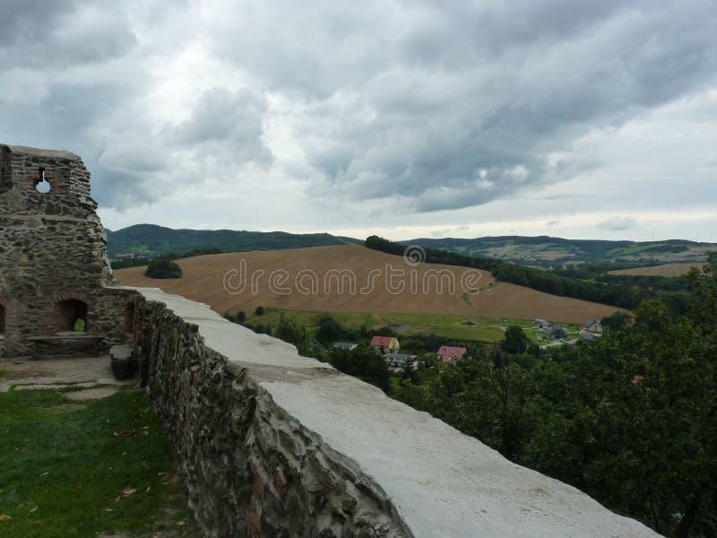 Polen Bolkà ³ w - de Suudety bergen synligt från slott royaltyfria foton