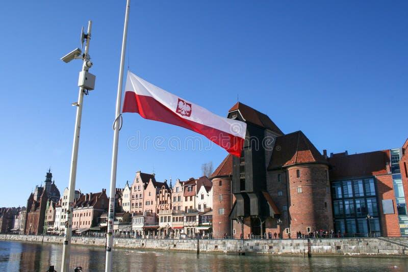 Polen flagga på bakgrunden av en historisk kran i Gdansk, Polen royaltyfri fotografi