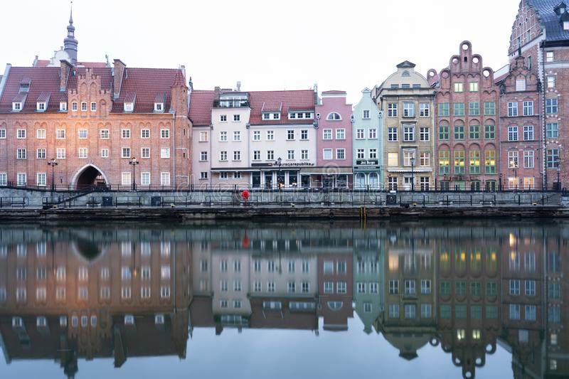 Polen Gdansk, det historiska stället av den europeiska staden på bankerna av floden royaltyfria bilder
