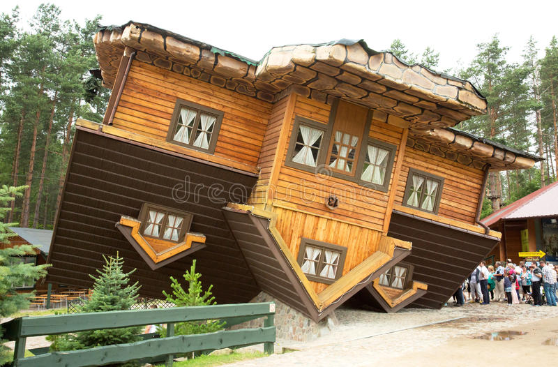polen Huis die zich op het dak in Szymbark-dorp bevinden horizontaal royalty-vrije stock foto