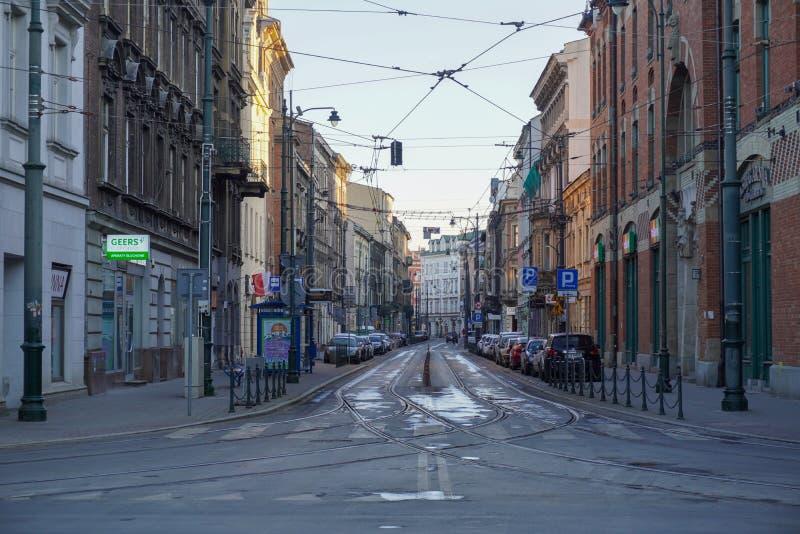Polen, Krakau 20 04 2020: Leere, verlassene Straßen der Altstadt von Krakau bei Morgenlicht während einer Koronavirus-Pandemie Ne lizenzfreie stockfotos
