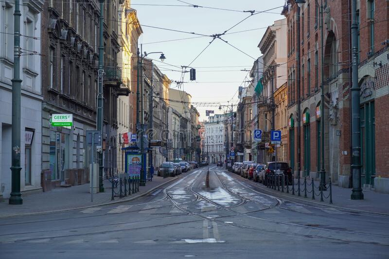 Polen, Krakau 20 04 2020: Lege, verlaten straten van de oude stad Krakau in het ochtendlicht tijdens de pandemie van het coronavi royalty-vrije stock foto's