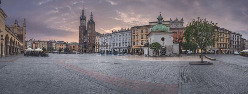 Polen Krakow - MAJ 6: Panoramamarknadsfyrkant på soluppgång på Maj 6, 2015 i Krakow, Polen royaltyfri fotografi