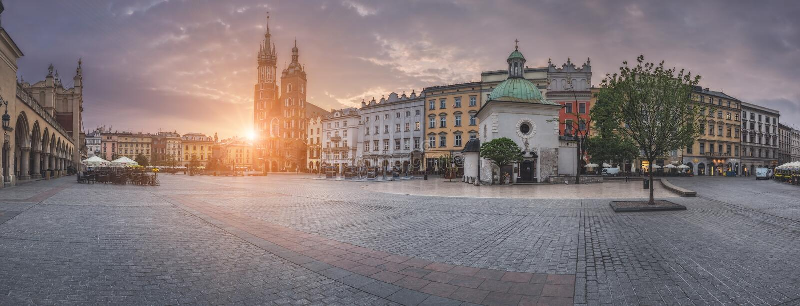 Polen Krakow - MAJ 6: Panoramamarknadsfyrkant på soluppgång på Maj 6, 2015 i Krakow, Polen royaltyfria bilder