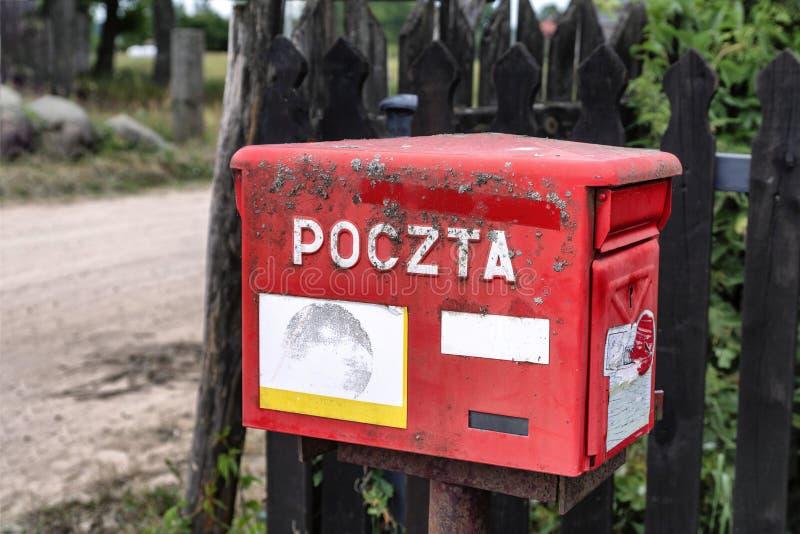 2019-06-22 Polen, polsk röd stolpeask för tappning, polsk by, gammal vägg fotografering för bildbyråer
