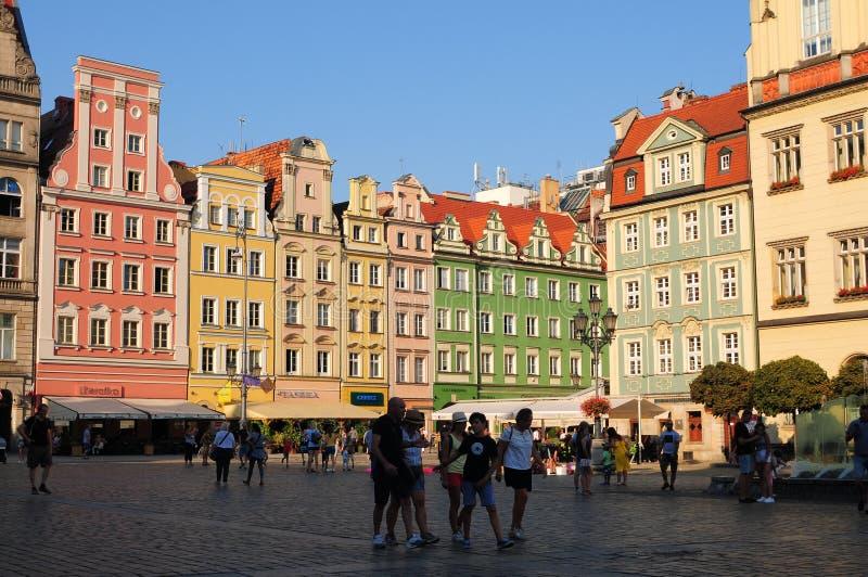 Polen, stad av Wroclaw, hus och folk på den gamla stadfyrkanten, huvudsaklig marknadsfyrkant Juni 2018 royaltyfri foto