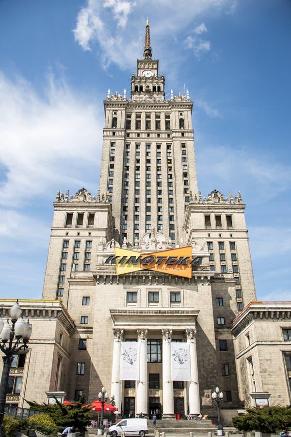 Polen - Warshau - 08 05 2015 - historische van het de cultuurpaleis van de de bouwingang de torenklok stock foto
