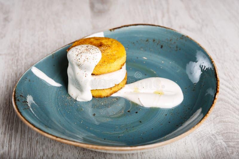 Polenta avec du fromage complété avec la crème sure photo libre de droits