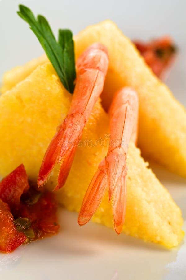 Polenta con el camarón foto de archivo
