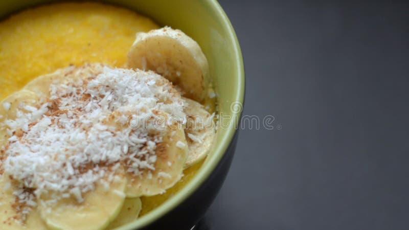 polenta de gruau de maïs, semoule de maïs concept sain de petit