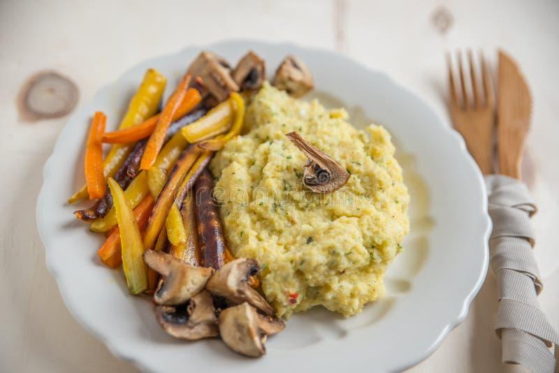 Polenta med grillade grönsaker royaltyfria foton