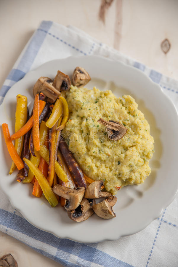 Polenta med grillade grönsaker royaltyfri fotografi