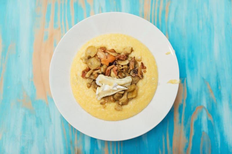 Polenta mou avec des champignons photo stock