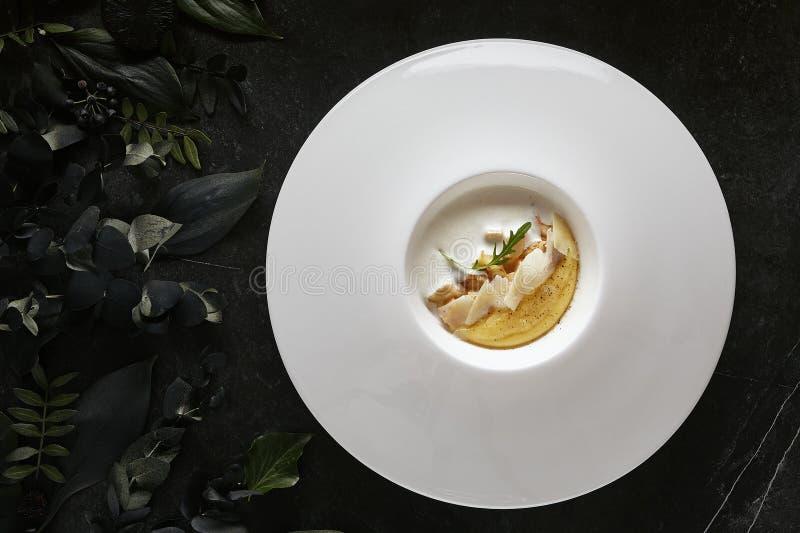 Polenta poner crema italiano hecho en casa, harina de maíz hervida o gachas de avena con las setas de Porcini y la opinión de top fotos de archivo