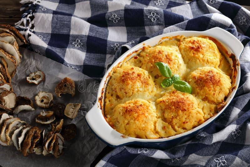 Polenta vegetarische polpette in bakselschotel stock foto's