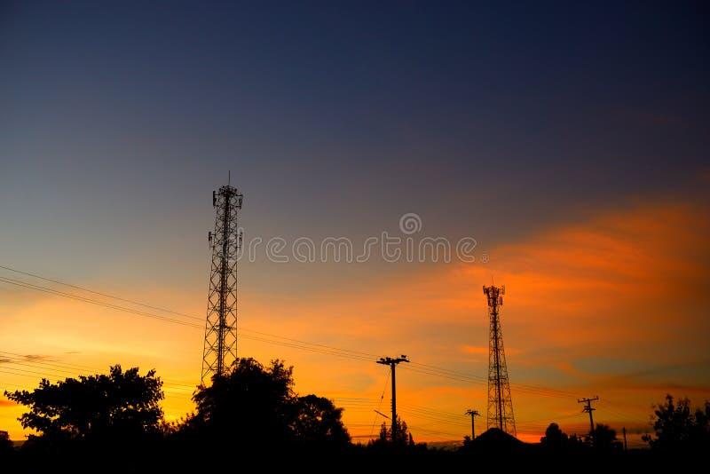 Poler för för konturtelekommunikationtorn och elkraft royaltyfri bild