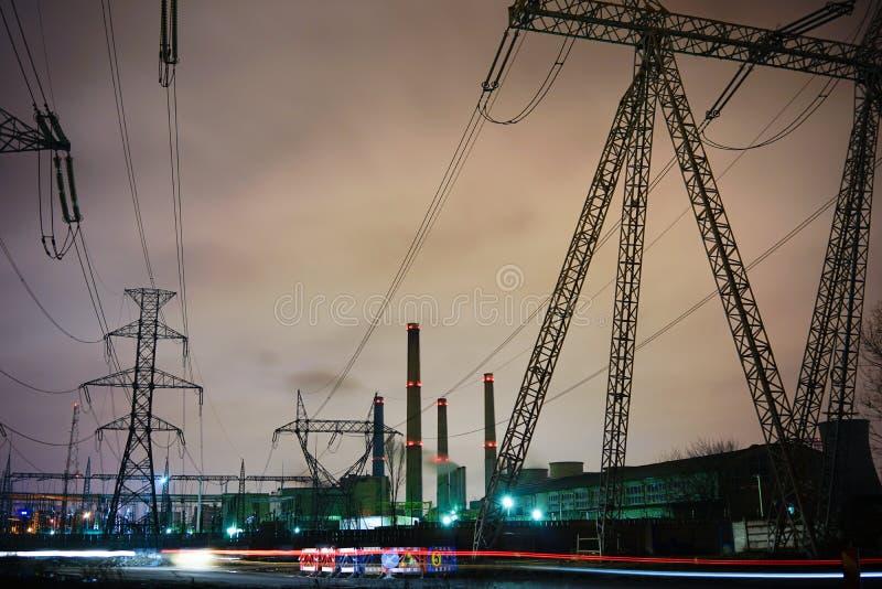 Poler för kraftverk och för hög spänning arkivbilder
