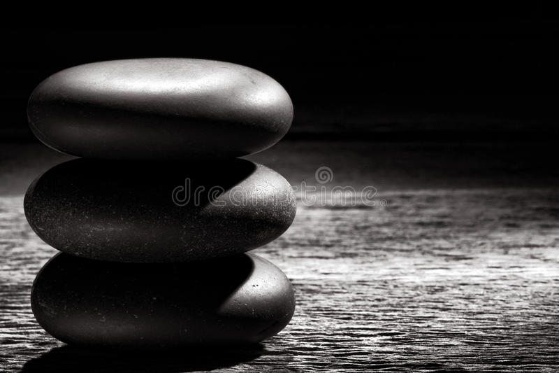 Polerade Zen Massage Stones Cairn på tappningträ royaltyfria foton