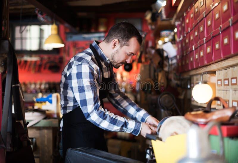 Polerande buckla för manlig arbetare för bälte royaltyfri foto