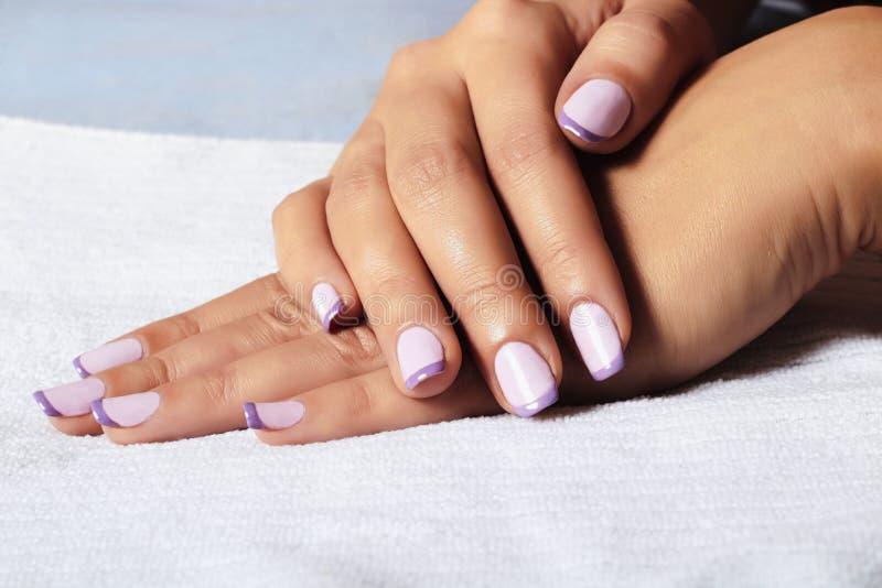 Polermedel för Manicure.female hands.beauty salon.shellac royaltyfria bilder