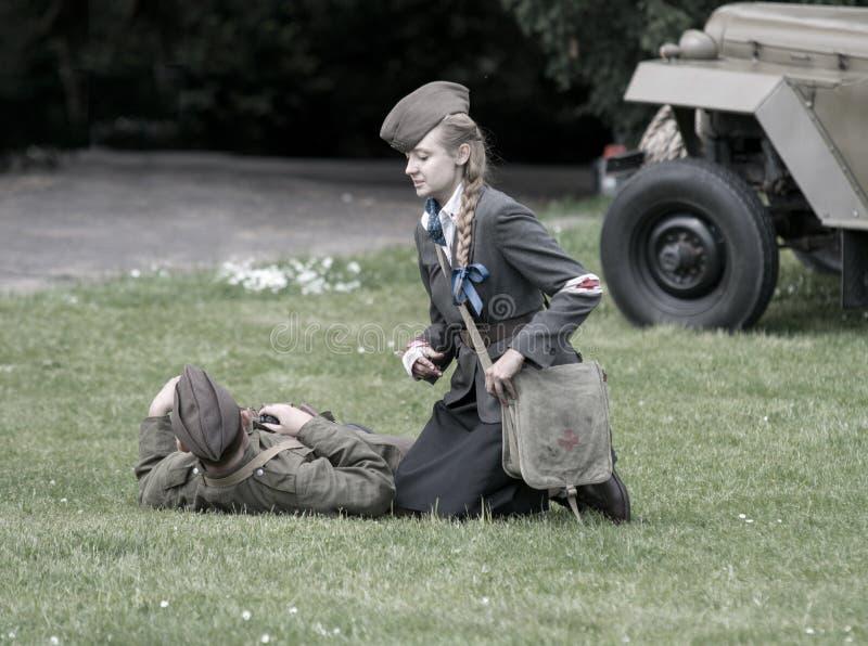 Polermedel sårad soldat och sjuksköterska under historisk reenactment av WWII royaltyfria foton