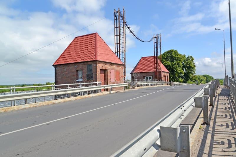 POLESSK,俄罗斯 与技术大厦的可移动的桥梁老鹰` 库存图片