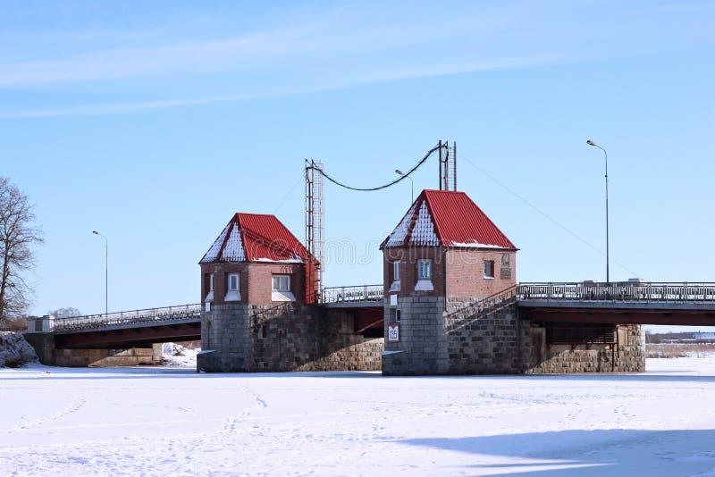 POLESSK, ОБЛАСТЬ КАЛИНИНГРАДА, РОССИЯ - 30-ОЕ ЯНВАРЯ 2011: Старый немецкий подвижный мост известный как орел Adler Brucke стоковое изображение