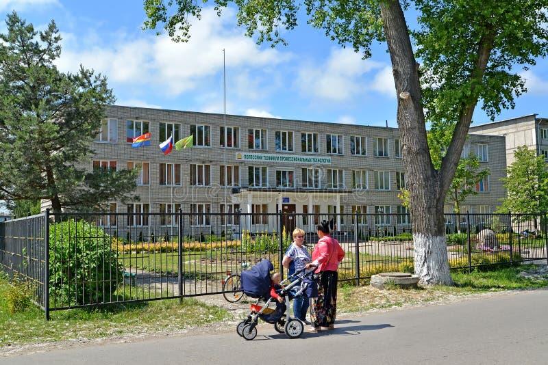 POLESSK, RUSSLAND Eine Stadtlandschaft, welche die technische Schule Polesia von Berufstechnologien übersieht lizenzfreie stockfotografie