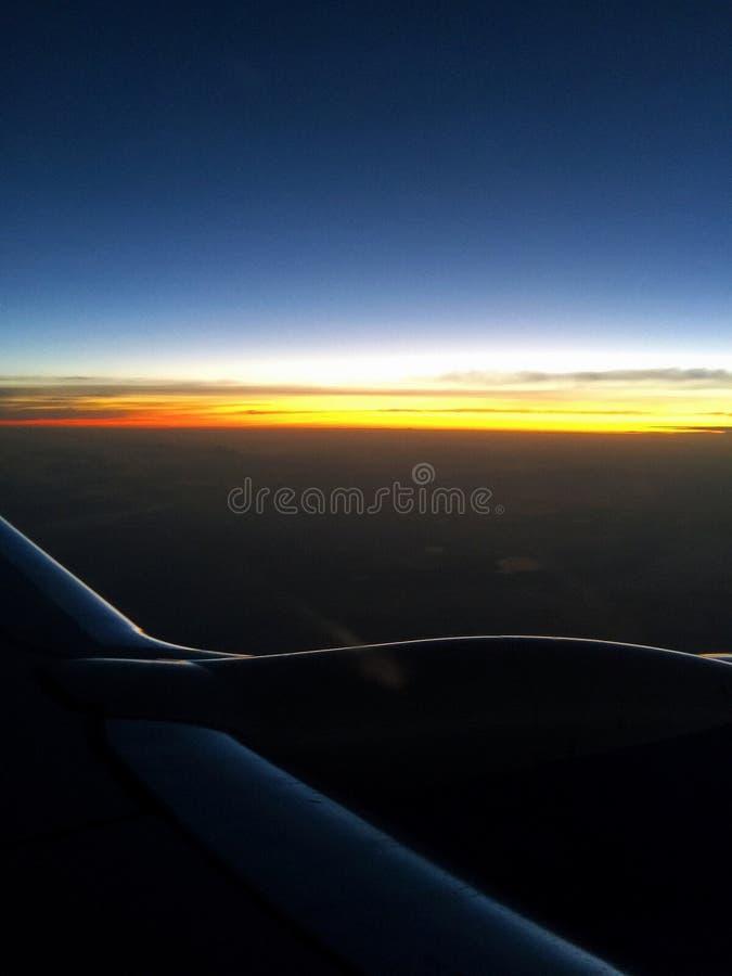 Polet en avión Una disminución de una ventana plana fotografía de archivo libre de regalías