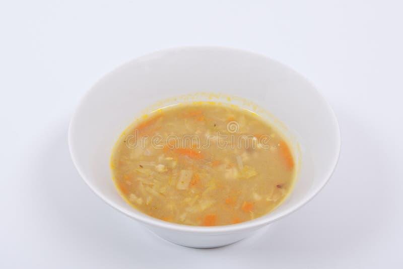 Polewka z makaronem i warzywami na bielu zdjęcie stock
