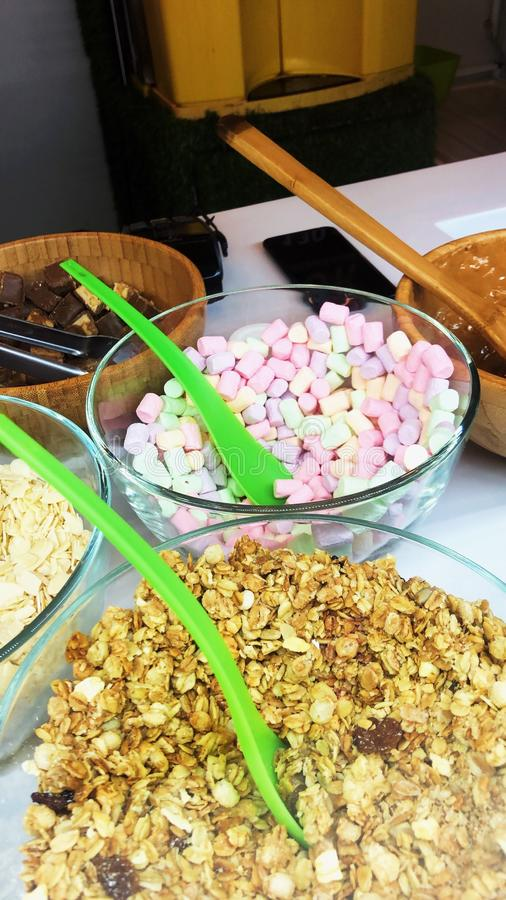 Polewy dla lody dokrętek i marshmallow fotografia stock