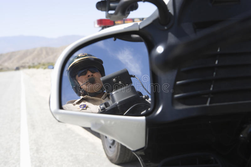 Poli de tráfico que refleja en espejo de la vista lateral imagenes de archivo