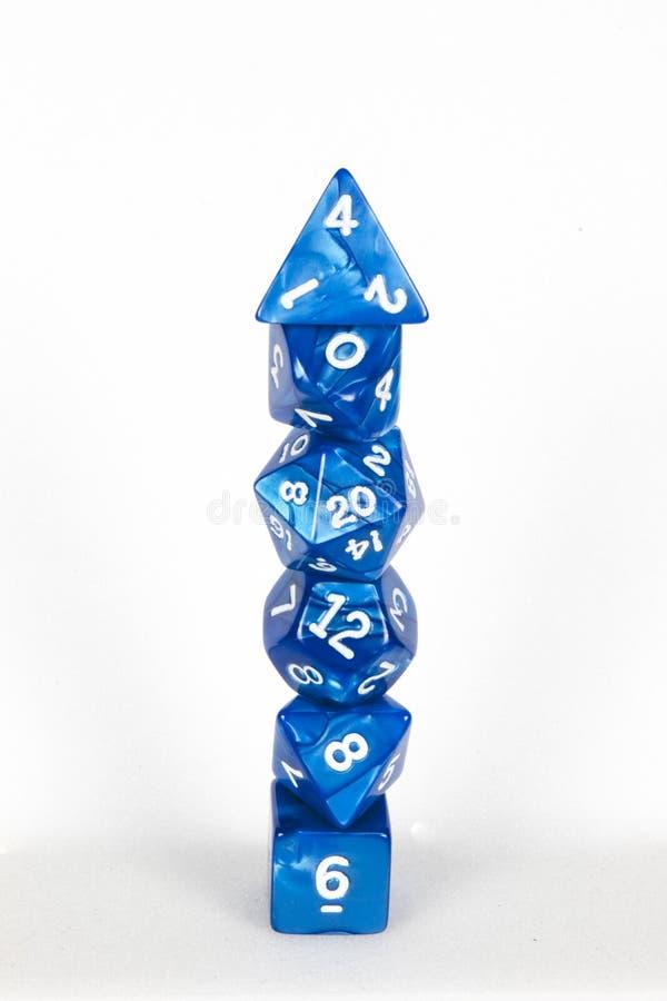 Poli- kostki do gry górują błękit i biel obrazy royalty free