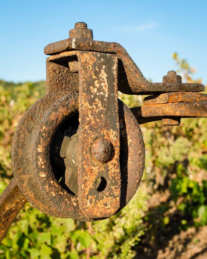 Polia oxidada velha em um vinhedo imagens de stock