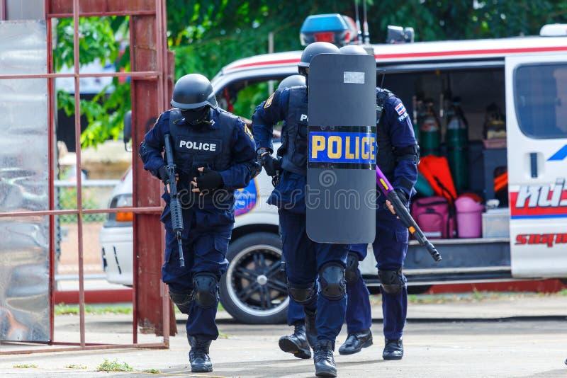 Policía arrestada, policía, arma imagenes de archivo