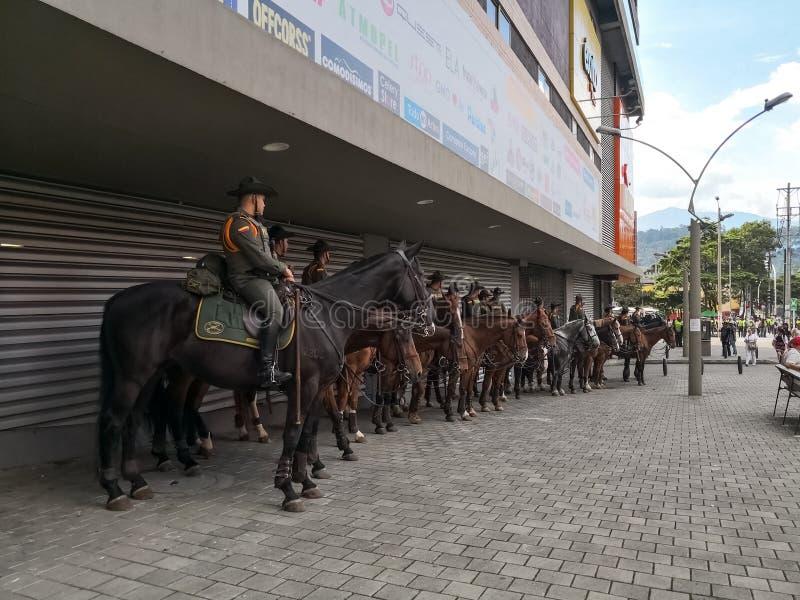 Policía colombiana sobre los caballos entrenados listos para contener protestas sociales en Medellin, Colombia imagen de archivo