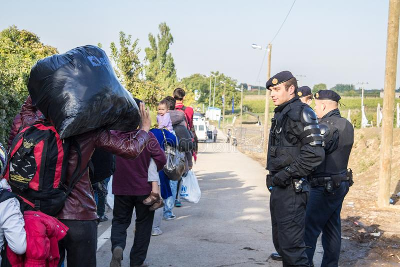 Policía croata de los nómadas de observación de la policía fronteriza que cruzan la frontera de Serbia Croacia en Berkasovo Bapsk imagen de archivo libre de regalías